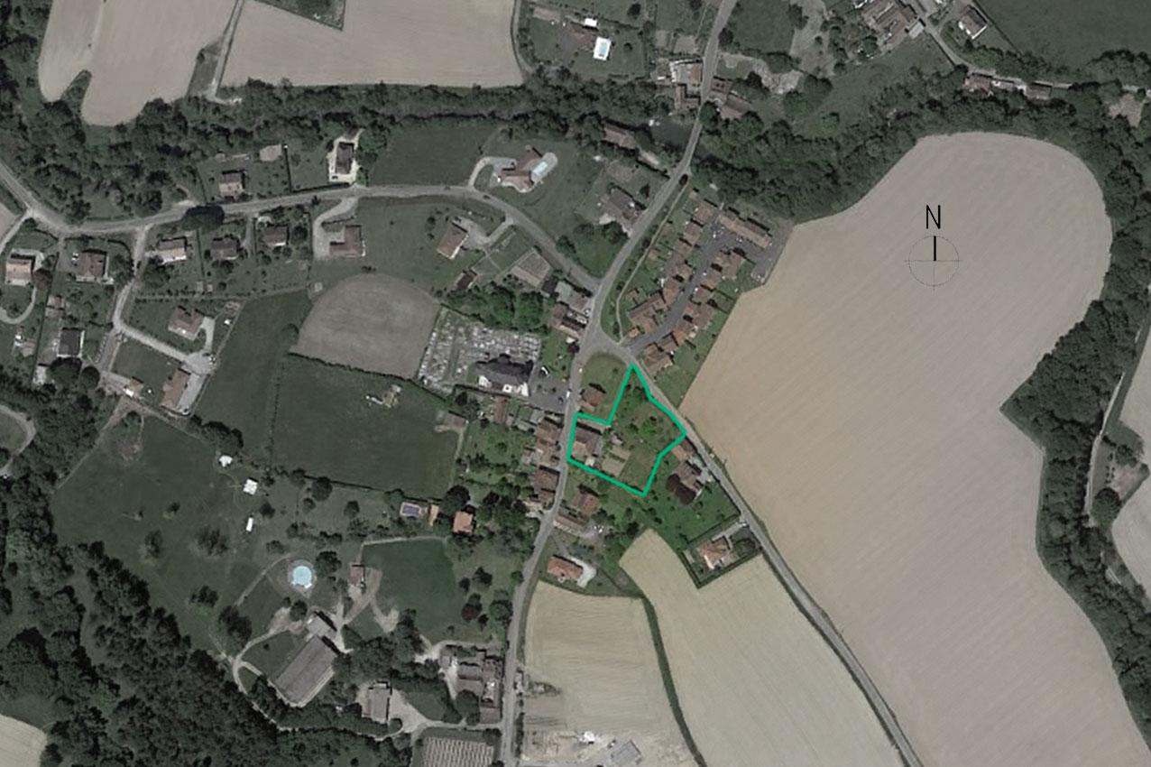 La maison se situe sur un grand terrain dans une partie d'Orthez peu dense. La maison se situe en bordure de route et un grand jardin se situe à l'arrière.