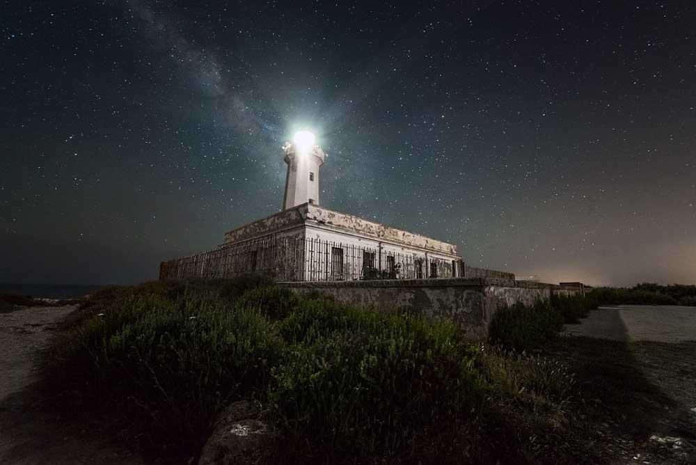 Photographie nocturne du phare dans son état actuel. L'ambiance lumineuse poétique du phare se propage dans le lobby et le restaurant qui s'organise autour.