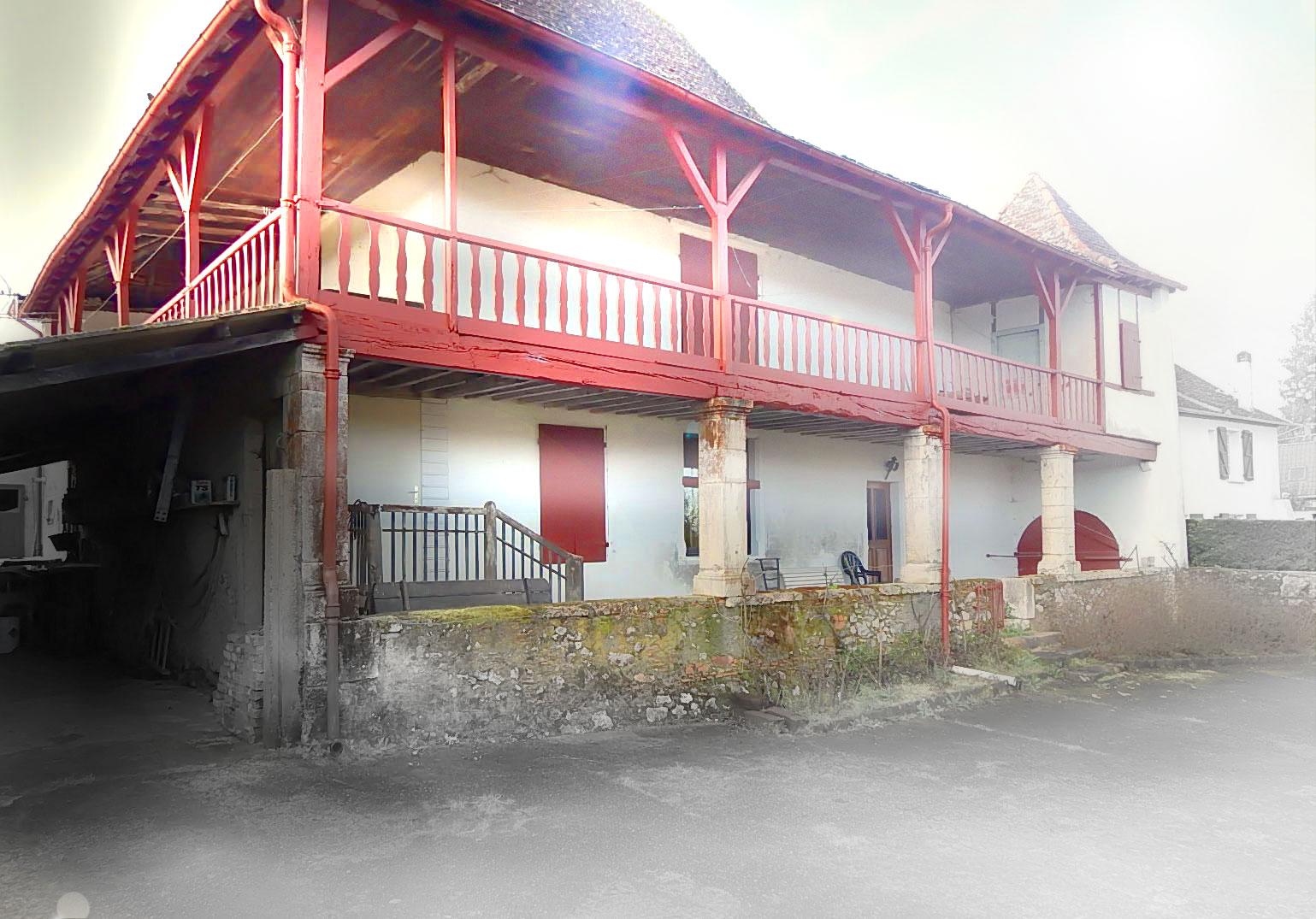 La maison est entourée d'une terrasse en charpente bois. Cet espace extérieur qualitatif sera restauré tout en conservant son caché actuel.