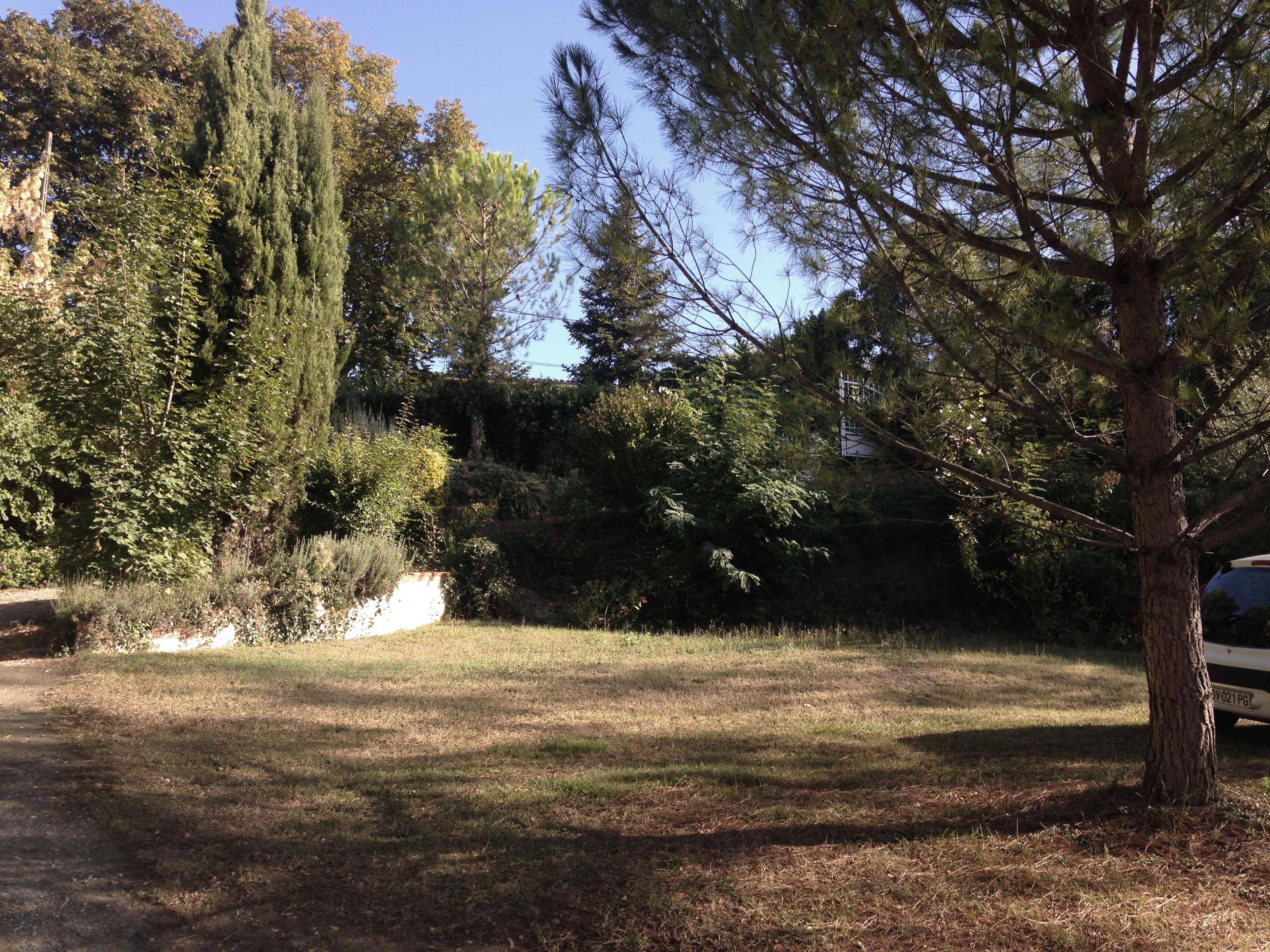 Vue actuel du terrain de la maison MRV à Toulouse. Le terrain présente une forte pente et une servitude de passage sur 2 côtés du terrain. Il a donc été proposé d'ouvrir la maison au sud est sur un jardin arboré sans vis à vis.