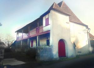 La maison est constitué d'un rez de chaussée et d'un étage. Une galerie périphérique en bois vient entourer la maison.