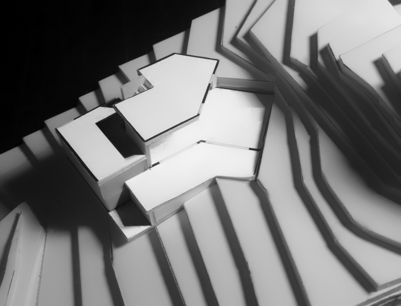 La maquette de la maison MRV à Toulouse permet de visualiser la pente du terrain et l'intégration de la maison dans le terrain, ainsi que son rapport à la servitude de passage.