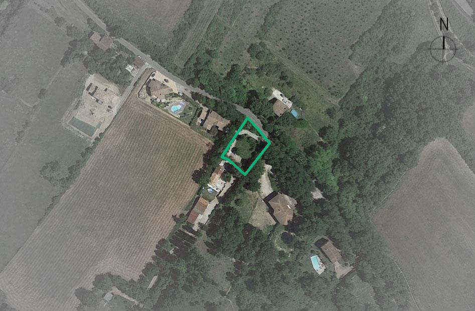 Vue aérienne du site: Le site très en pente est bordé en partie haute par la route de pechbusque, à Toulouse, 2 côtés du terrain sont bordés par la servitude de passage. Le terrain exploitable devient alors très restreint. Il a été choisi de se coller à la servitude pour ouvrir la maison sur un jardin boisé sans vis à vis.