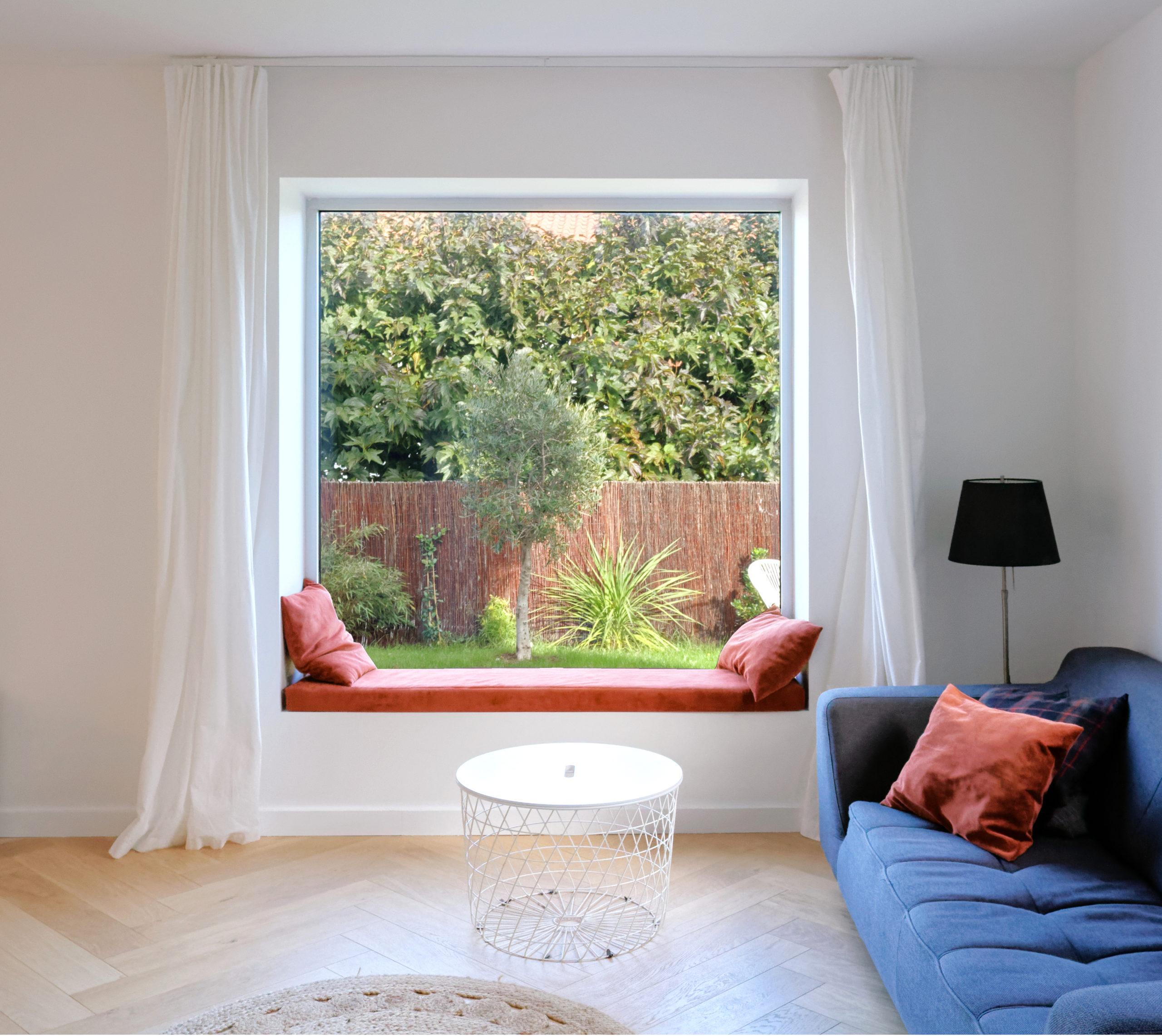 Fenêtre cadrage jardin- banquette- rénovation maison des nnées 70-architectes toulouse
