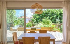 vue du séjour maison A -continuité extérieur-intérieur-architectes toulouse-saarchitectes